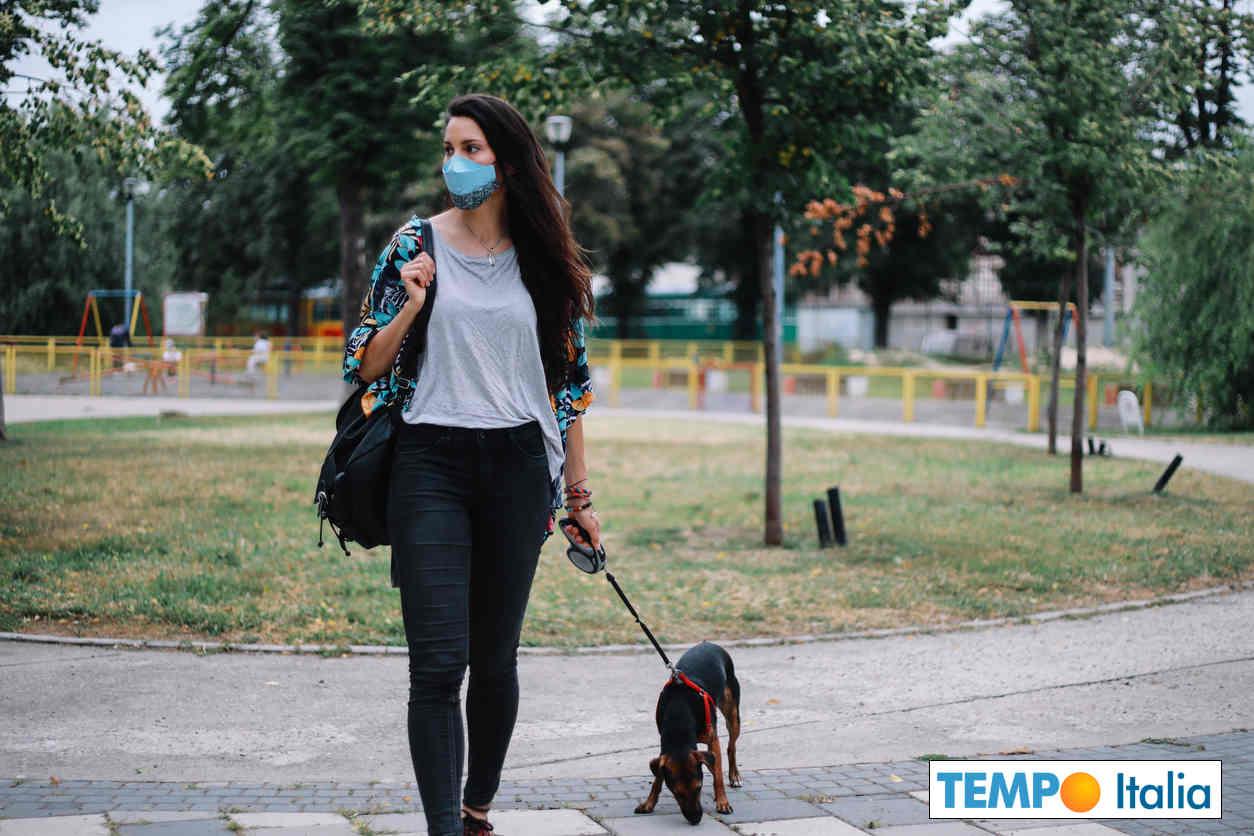 La passeggiata con il cane, secondo lo studio spagnolo, può aumentare il rischio di contrarre il coronavirus del 78%.