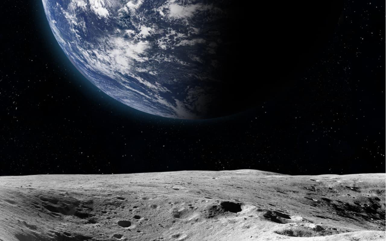 Pianeta Terra dalla superficie della luna. Gli elementi di questa immagine sono forniti dalla NASA